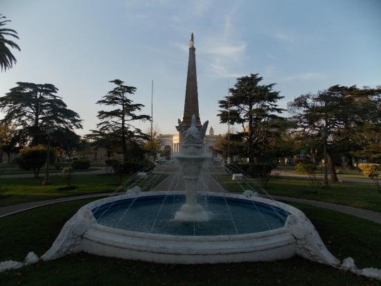Dolores, Argentina: La fuente con la Piramide detras