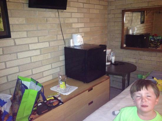 Cotter Trout Lodge: Microwave, fridge, coffee, lots chairs