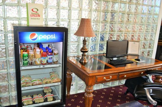 دايز إن آند سويتس ماديسون: Quiznos and beverages avialable 24Hrs