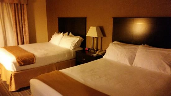 Holiday Inn Express Hotel & Suites Council Bluffs : two queen beds in our room