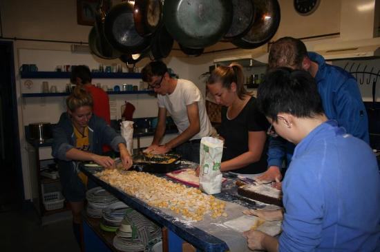 Stables Lodge Backpackers: Everyone cooking together