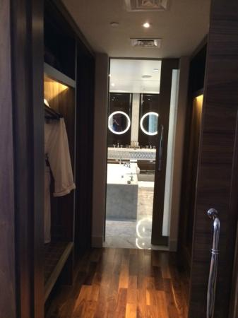 Waldorf Astoria Dubai Palm Jumeirah: Indoor Closet Suite