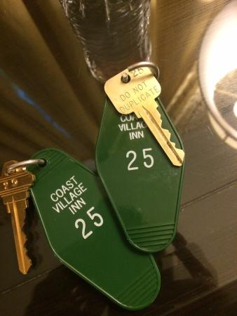 Coast Village Inn: Real keys!!