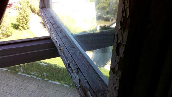Hotel Helikon: Fenêtre fraichement repeinte