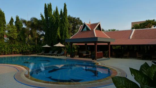 Lucky Angkor Hotel : Piscine et bar