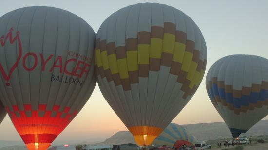 Falcon Cave Suites: Do not miss the hot air balloons!