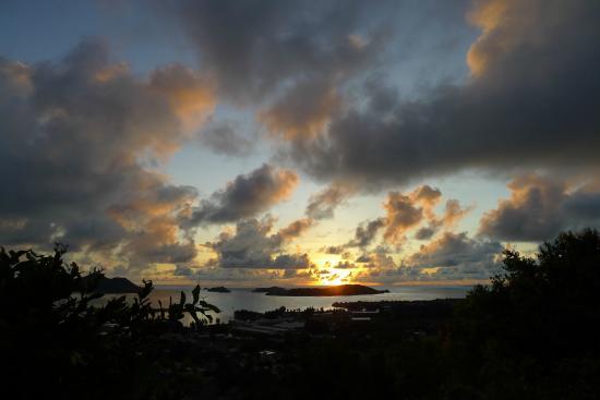 Le Sans Souci Guesthouse: Sonnenuntergang, Blick von der Terrasse des Zimmers