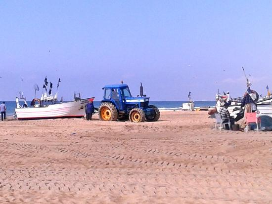 Calema Aparthotel: Vissersboten worden het strand opgetrokken ,Monte Gordo,Portugal