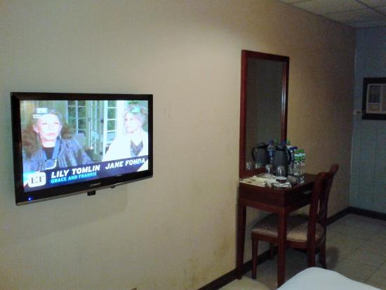 Star Plaza Hotel: Flat screen TV and window type airconditioning.
