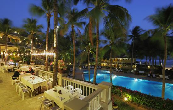Amaryllis Resort & Spa: Pool view at night from restaurant