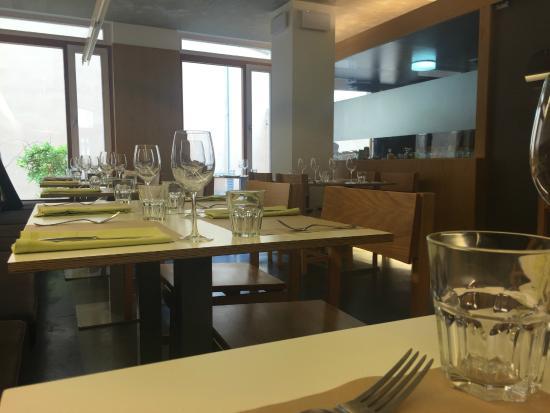 El Berenjenal : Interior del local y cocina al fondo