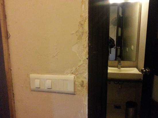 Hotel Relax Inn: Poor condition of walls.