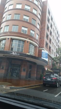 Adina Apartment Hotel Sydney Surry Hills: Вход в отель.