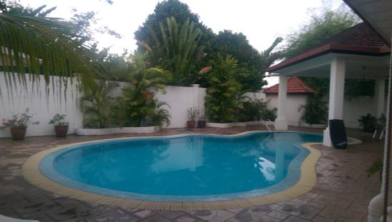 Rumah Putih Bed and Breakfast: pool