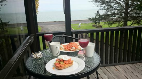 Coastal Motor Lodge: Breakfast from the balcony