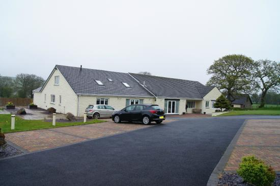 Lovesgrove Country Guest House: House and carpark.