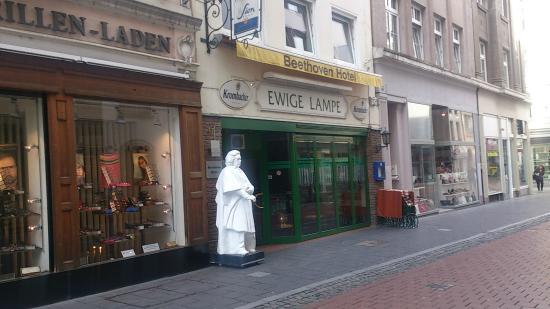 Beethoven Hotel : 白いベートーベンが入口の目印
