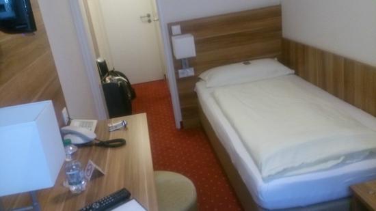 Beethoven Hotel : 部屋は細め