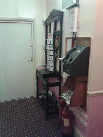 The Notting Hill Guest House: corridoio con telefono e informazioni varie