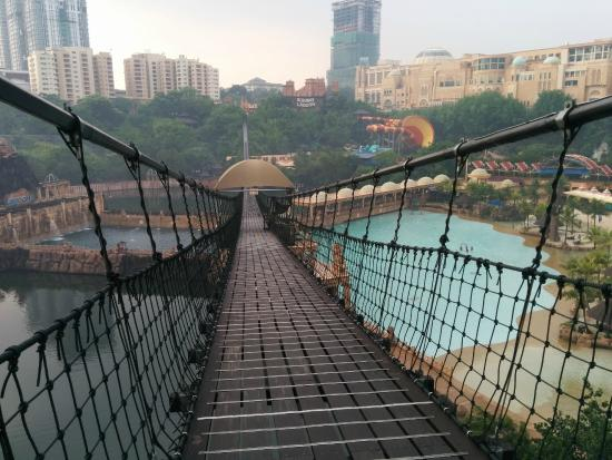 Petaling Jaya, Μαλαισία: dont try this while the sun's on top and you are barefoot.