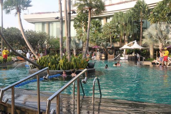 Good swimming pool picture of shangri la hotel bangkok - Centrepoint hotel brunei swimming pool ...