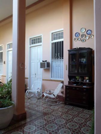 Hostal Autentica Pergola: ingresso camere dal patio