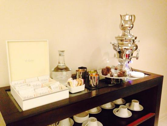 Bliss Spa Doha: Tea and pastries at the lounge :)