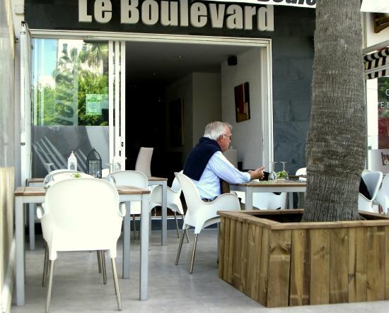 Le Boulevard : Intiem restaurant en terras.