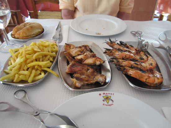 O Manel Dos Frangos : Piri-piri chicken and prawns.