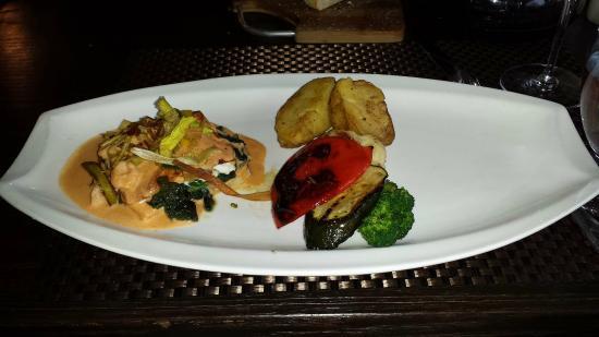 Vesuvio Ristorante: Salmon (1/2 dinner)