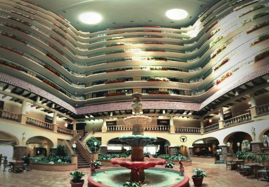 Embassy Suites by Hilton Hotel Kansas City - Plaza : atrium