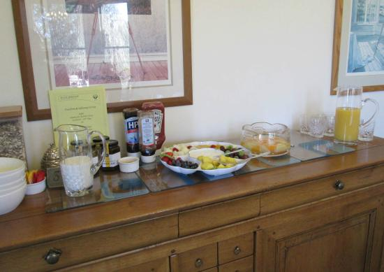 Fludha Guest House: A selection of fresh fruit and cereal with yoghurt and fresh juice to help yourself to.
