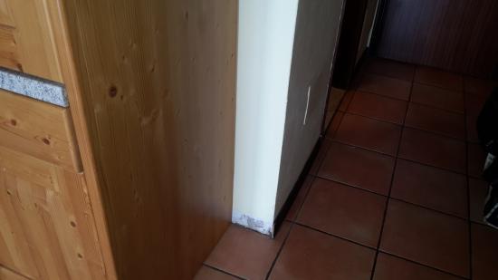 Centro Vacanze La Limonaia: Battiscopa mancante
