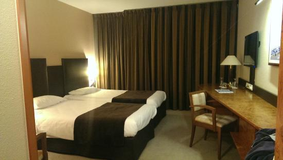 chambre avec 2 lits simple photo de plaza site du futuroscope hotel chasseneuil du poitou. Black Bedroom Furniture Sets. Home Design Ideas