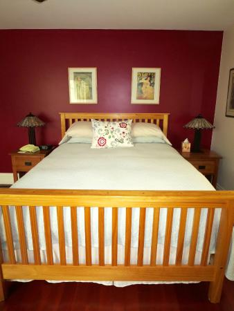 Wylie Lauder House Bed & Breakfast: Mucha Room Bed