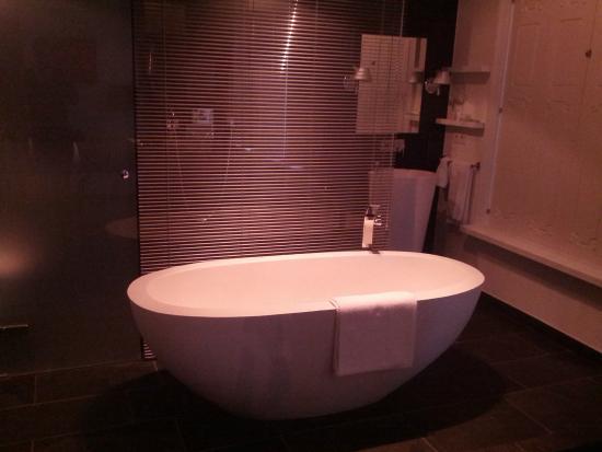 Manna: Bathtub and Sink