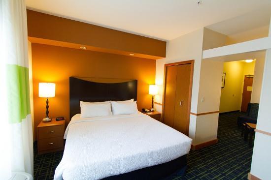 Fairfield Inn & Suites Santa Maria: Jr. Suite featuring microwave, refrigerator and sitting room