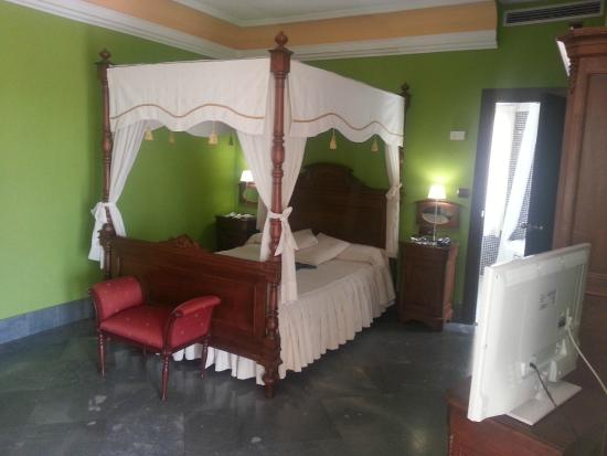 Hotel Carlos V : Cama con dosel