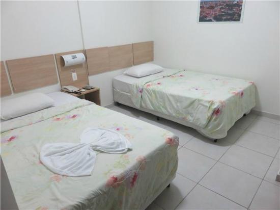 Hotel do Largo: Camas no quarto duplo. Travesseiro horrível.
