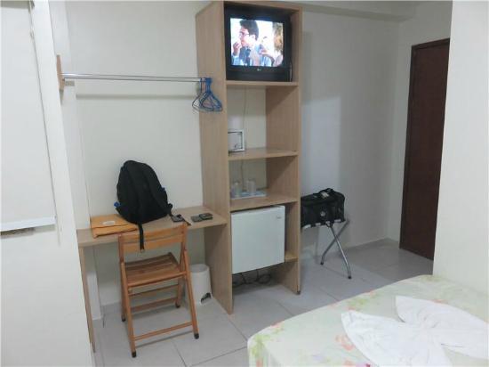 Hotel do Largo: Área de trabalho sem tomadas e TV de tubo.