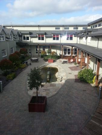 The Horse & Jockey Hotel: court yard
