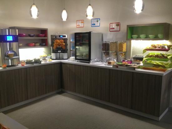 Ibis Styles Grenoble Centre Gare : le buffet du petit dej' à 6h15 du matin...