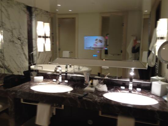 La tv nello specchio del bagno picture of four seasons hotel