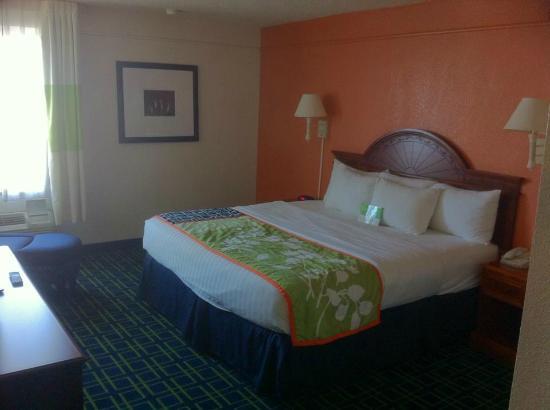 La Quinta Inn & Suites Tulsa Central: king bedroom