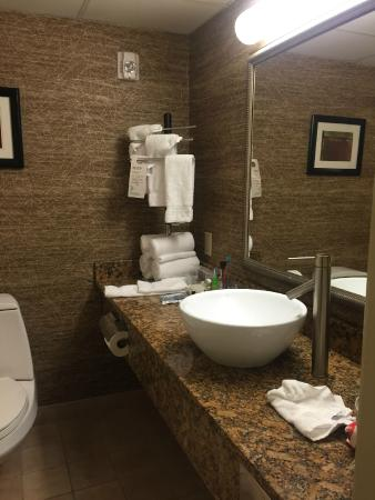 Wyndham Garden Glen Mills Wilmington: nicely updated-too small for two persons at same time