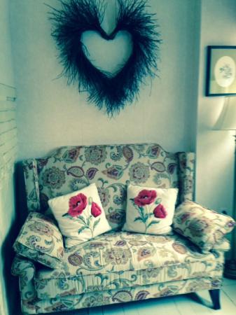 Clark Currier Inn: Seating area in room