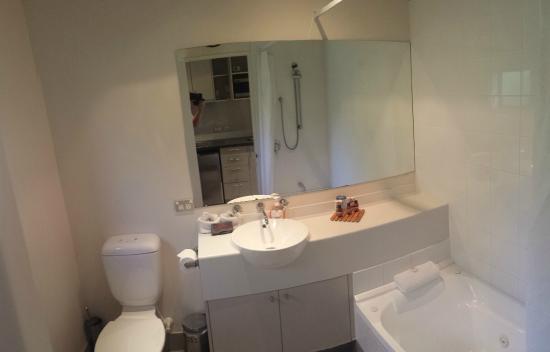 The Claremont Motel & Apartments: Bathroom