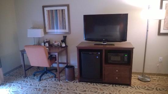 Hampton Inn and Suites Ocala: Mini-fridge, microwave, and huge tv