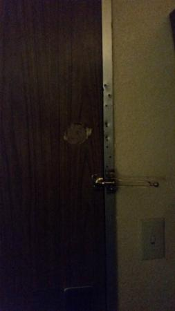 Days Inn Gastonia - West of Charlotte Kings Mountain: Damaged Door and Frame