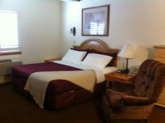 Anaco Bay Inn: King room with a rocking chair!